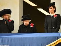 Nữ hoàng Anh gây chú ý với gương mặt