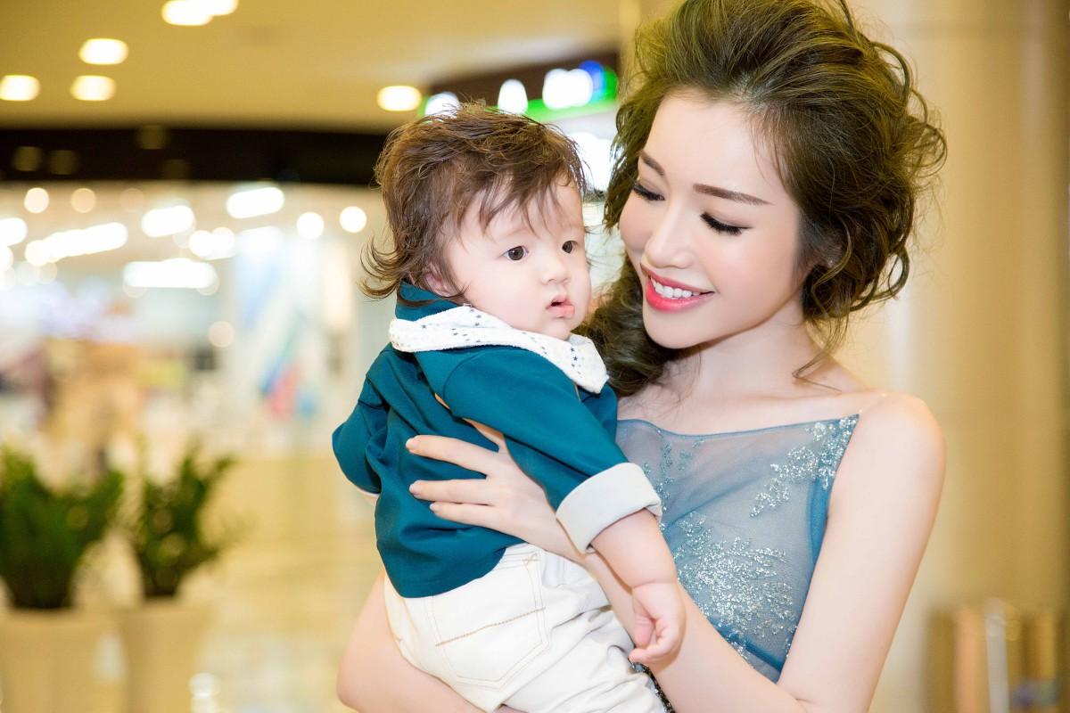 Top 7 hot mom nổi tiếng nhất MXH Việt: Người sở hữu nhà sang, xe xịn hàng chục tỷ, người nhan sắc lộng lẫy đáng ngưỡng mộ-10