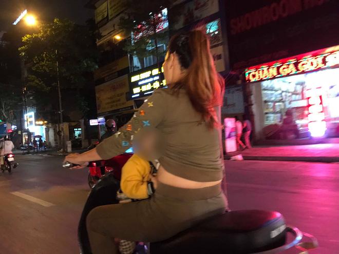 Người mẹ một tay cầm lái, một tay ôm con trai đang ti sữa trên đường phố Hà Nội khiến nhiều người ngỡ ngàng-1