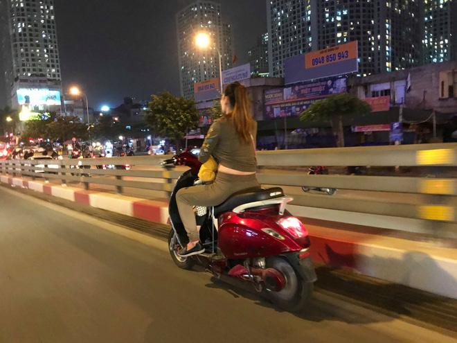 Người mẹ một tay cầm lái, một tay ôm con trai đang ti sữa trên đường phố Hà Nội khiến nhiều người ngỡ ngàng-2