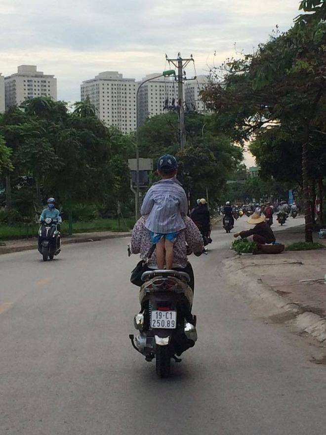Người mẹ một tay cầm lái, một tay ôm con trai đang ti sữa trên đường phố Hà Nội khiến nhiều người ngỡ ngàng-3