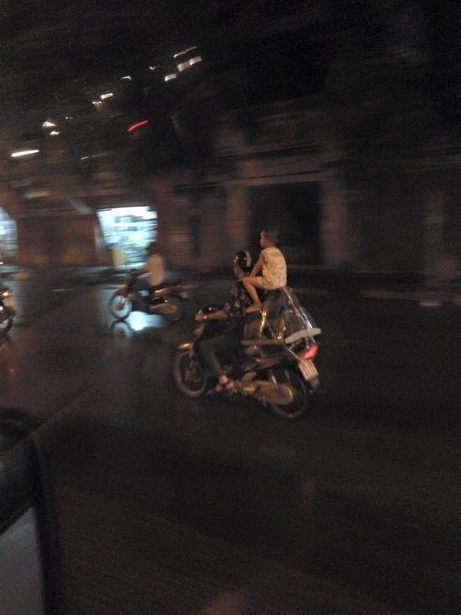 Người mẹ một tay cầm lái, một tay ôm con trai đang ti sữa trên đường phố Hà Nội khiến nhiều người ngỡ ngàng-4