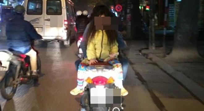 Người mẹ một tay cầm lái, một tay ôm con trai đang ti sữa trên đường phố Hà Nội khiến nhiều người ngỡ ngàng-5