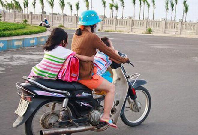 Người mẹ một tay cầm lái, một tay ôm con trai đang ti sữa trên đường phố Hà Nội khiến nhiều người ngỡ ngàng-6