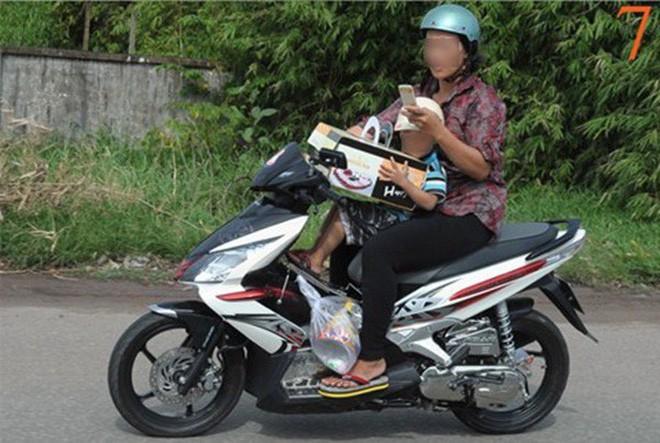 Người mẹ một tay cầm lái, một tay ôm con trai đang ti sữa trên đường phố Hà Nội khiến nhiều người ngỡ ngàng-9