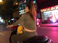 Người mẹ một tay cầm lái, một tay ôm con trai đang ti sữa trên đường phố Hà Nội khiến nhiều người ngỡ ngàng