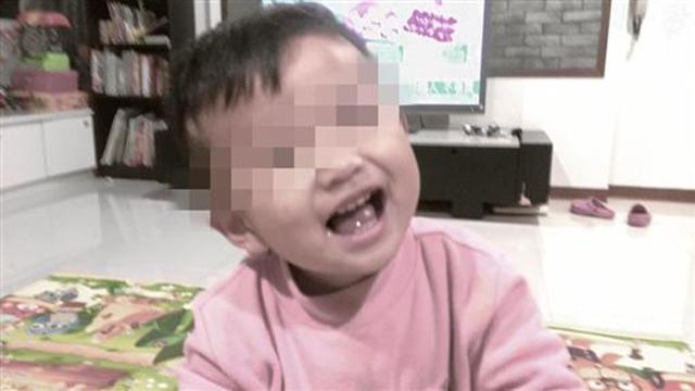 Bé trai 2 tuổi nặng 6kg bị bỏ đói đến chết, mẹ đẻ thản nhiên đi chơi cùng bạn trai-1