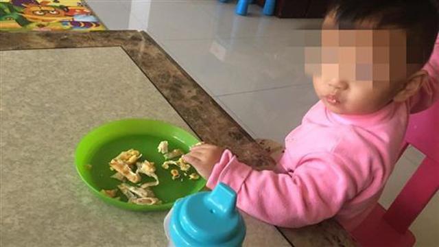 Bé trai 2 tuổi nặng 6kg bị bỏ đói đến chết, mẹ đẻ thản nhiên đi chơi cùng bạn trai-2