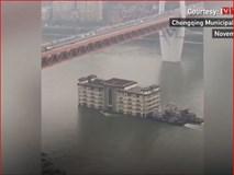 Video: Nhà hàng 5 tầng ở Trung Quốc trôi lững lờ trên sông gây choáng