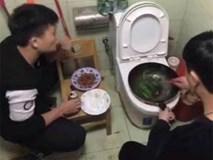 Bức ảnh 2 nam sinh Trung Quốc nấu ăn trên bồn cầu và sự thật phía sau khiến nhiều người bất ngờ