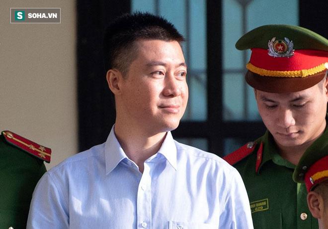 Phút tạm biệt người thân của ông trùm cờ bạc Phan Sào Nam ở sân tòa-2