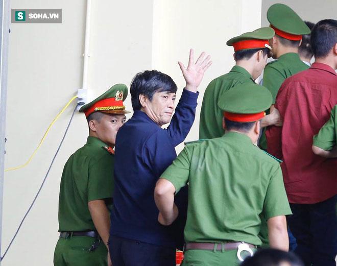 Phút tạm biệt người thân của ông trùm cờ bạc Phan Sào Nam ở sân tòa-3
