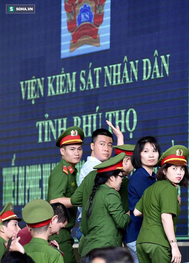 Phút tạm biệt người thân của ông trùm cờ bạc Phan Sào Nam ở sân tòa-1