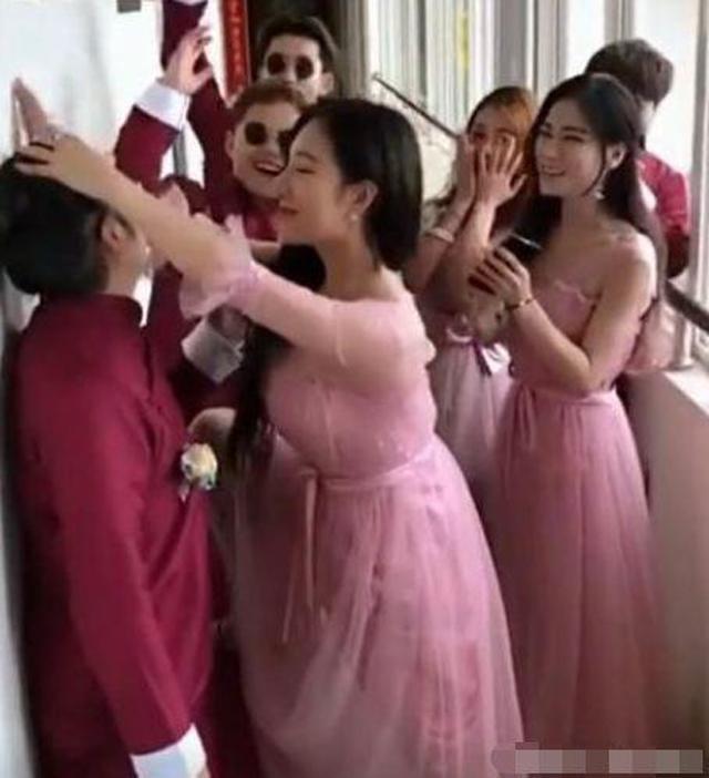 Phù dâu quá bạo giở trò đụng chạm, phù rể khóc thét ngay trong đám cưới-1