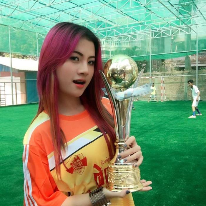Dân mạng truy lùng nữ CĐV Myanmar xinh đẹp, nóng bỏng ngồi phòng VIP xem AFF Cup-4