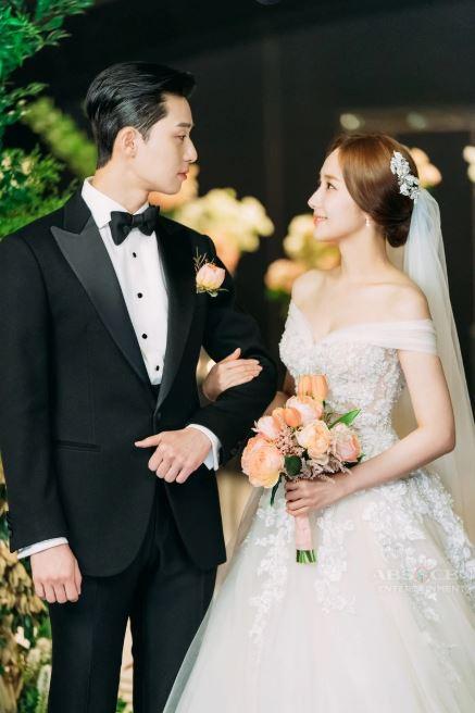 Lộ ảnh cưới tuyệt đẹp trong hôn lễ ngọt ngào viên mãn của cặp đôi chính trong Thư ký Kim-9