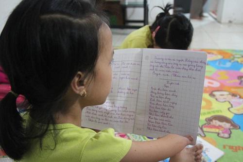 Có con gái là cô bé chim cánh cụt, bố mẹ rơi nước mắt nhìn con tập viết, tập đi-3