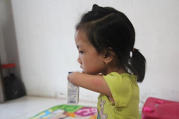 Có con gái là cô bé chim cánh cụt, bố mẹ rơi nước mắt nhìn con tập viết, tập đi-5