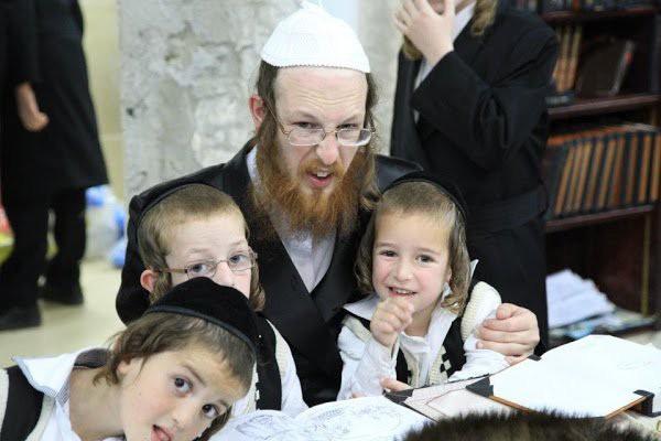 Không chỉ dạy đọc sách, người Do Thái còn giúp con phát triển tư duy nhờ điều đơn giản này-1