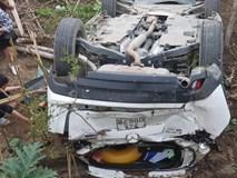 Clip nữ tài xế lùi xe Mazda trúng người đi đường, lao khỏi lan can rơi xuống bờ kè