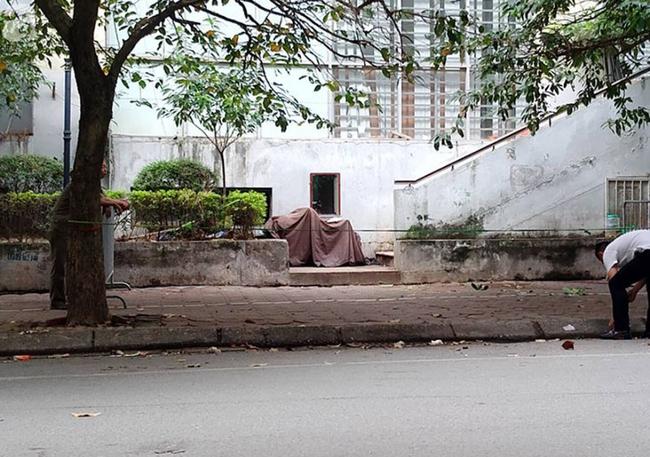 Người dân hốt hoảng phát hiện bé gái khoảng 5 tuổi rơi từ chung cư N03 Dịch Vọng-1