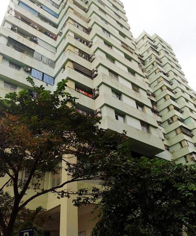 Người dân hốt hoảng phát hiện bé gái khoảng 5 tuổi rơi từ chung cư N03 Dịch Vọng-2