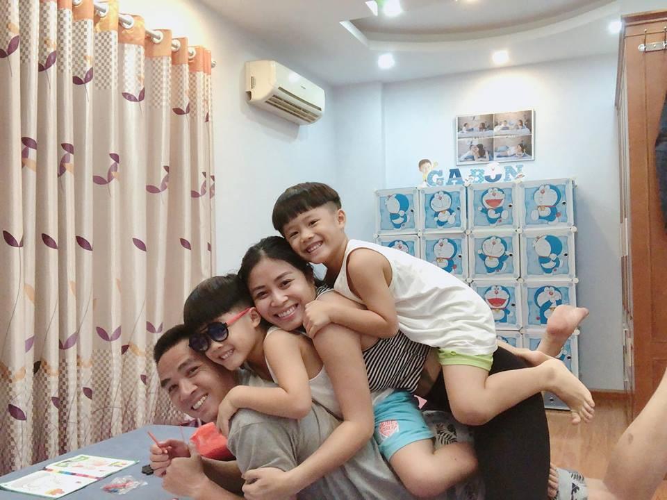 Trước khi công bố chia tay, MC Hoàng Linh vẫn liên tục cập nhật hình ảnh hạnh phúc với hôn phu lên Facebook-11