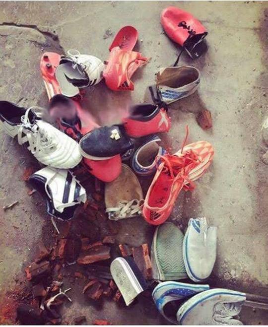 Chặt hết giày vì chồng ham đá bóng rồi khoe lên mạng, người vợ nhận đủ chỉ trích-1