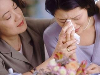 Mẹ chồng quỳ thụp dưới chân tôi trước mặt bố mẹ đẻ nhưng tôi dửng dưng và càng ghê sợ thủ đoạn của bà ta