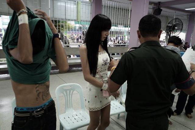 Cởi đồ khám nghĩa vụ quân sự bị nhìn chằm chằm: Cơn ác mộng của phụ nữ Thái chuyển giới-4