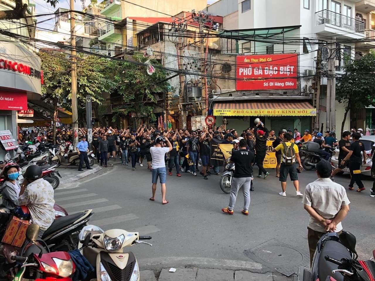 Fan Malaysia đại náo trên phố cổ Hà Nội trước cuộc so tài với Việt Nam ở AFF Cup 2018-1