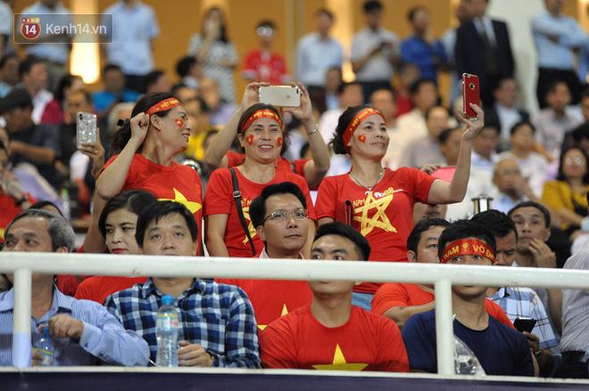 Người yêu Duy Mạnh, Tiến Dũng, Văn Đức... rạng rỡ trên khán đài cổ vũ trận Việt Nam - Malaysia-3