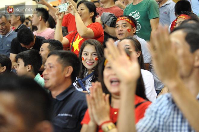Người yêu Duy Mạnh, Tiến Dũng, Văn Đức... rạng rỡ trên khán đài cổ vũ trận Việt Nam - Malaysia-8
