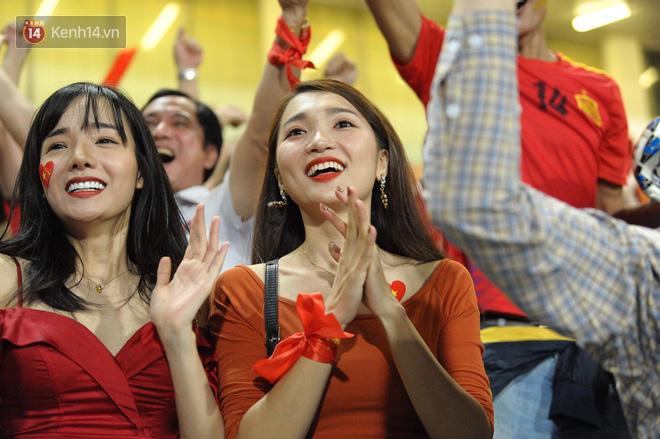 Người yêu Duy Mạnh, Tiến Dũng, Văn Đức... rạng rỡ trên khán đài cổ vũ trận Việt Nam - Malaysia-15