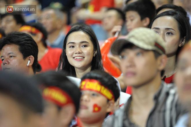 Người yêu Duy Mạnh, Tiến Dũng, Văn Đức... rạng rỡ trên khán đài cổ vũ trận Việt Nam - Malaysia-1
