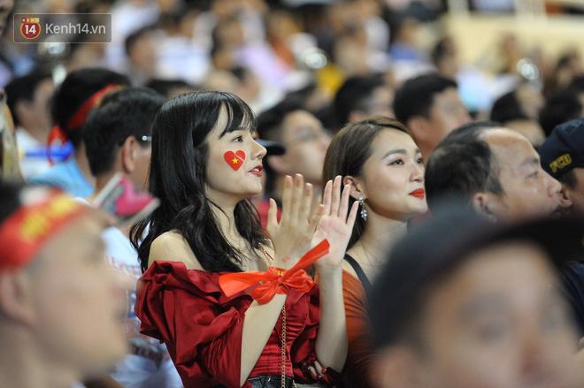 Người yêu Duy Mạnh, Tiến Dũng, Văn Đức... rạng rỡ trên khán đài cổ vũ trận Việt Nam - Malaysia-10