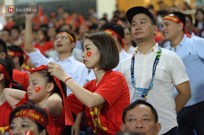 Người yêu Duy Mạnh, Tiến Dũng, Văn Đức... rạng rỡ trên khán đài cổ vũ trận Việt Nam - Malaysia-2