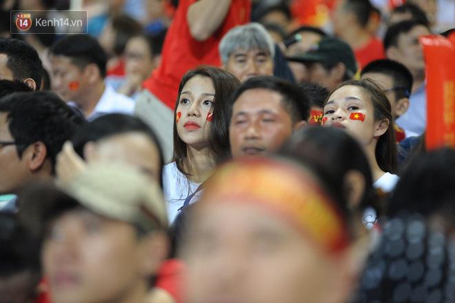 Người yêu Duy Mạnh, Tiến Dũng, Văn Đức... rạng rỡ trên khán đài cổ vũ trận Việt Nam - Malaysia-13