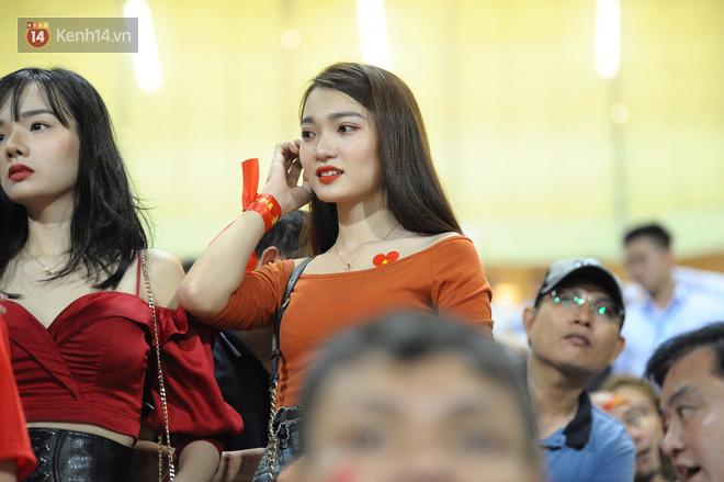 Người yêu Duy Mạnh, Tiến Dũng, Văn Đức... rạng rỡ trên khán đài cổ vũ trận Việt Nam - Malaysia-11
