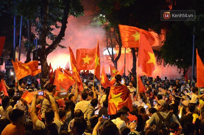 Hàng triệu CĐV cả nước ùa ra đường ăn mừng sau chiến thắng 2-0 của đội tuyển Việt Nam trước Malaysia-20