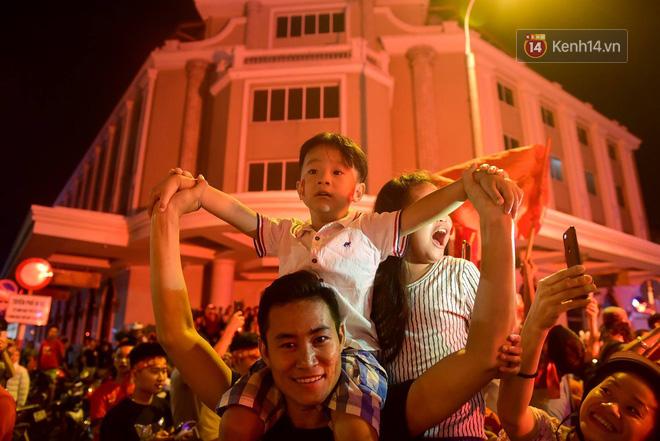 Hàng triệu CĐV cả nước ùa ra đường ăn mừng sau chiến thắng 2-0 của đội tuyển Việt Nam trước Malaysia-10
