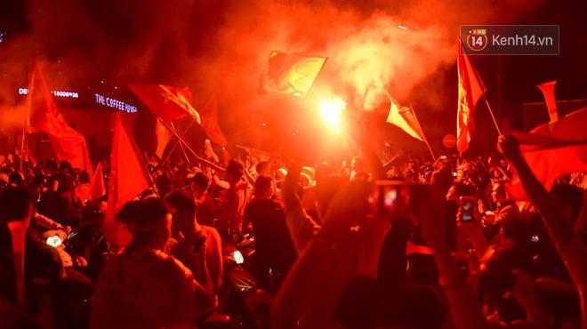 Hàng triệu CĐV cả nước ùa ra đường ăn mừng sau chiến thắng 2-0 của đội tuyển Việt Nam trước Malaysia-11