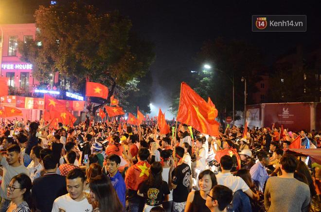 Hàng triệu CĐV cả nước ùa ra đường ăn mừng sau chiến thắng 2-0 của đội tuyển Việt Nam trước Malaysia-21