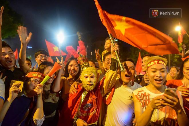 Hàng triệu CĐV cả nước ùa ra đường ăn mừng sau chiến thắng 2-0 của đội tuyển Việt Nam trước Malaysia-13