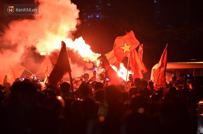Hàng triệu CĐV cả nước ùa ra đường ăn mừng sau chiến thắng 2-0 của đội tuyển Việt Nam trước Malaysia-27