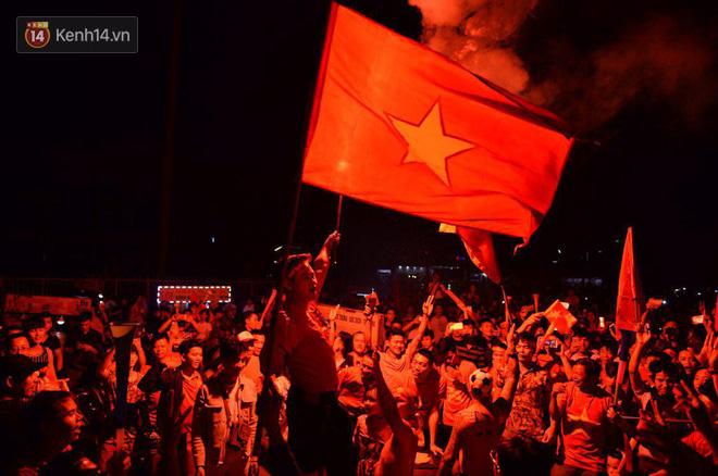 Hàng triệu CĐV cả nước ùa ra đường ăn mừng sau chiến thắng 2-0 của đội tuyển Việt Nam trước Malaysia-26