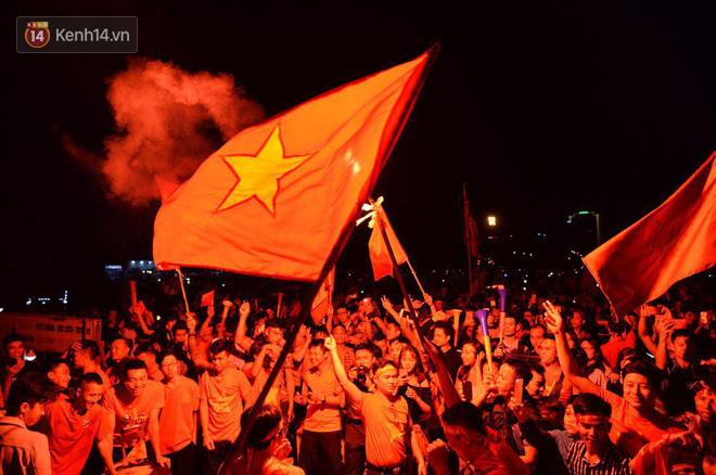 Hàng triệu CĐV cả nước ùa ra đường ăn mừng sau chiến thắng 2-0 của đội tuyển Việt Nam trước Malaysia-29