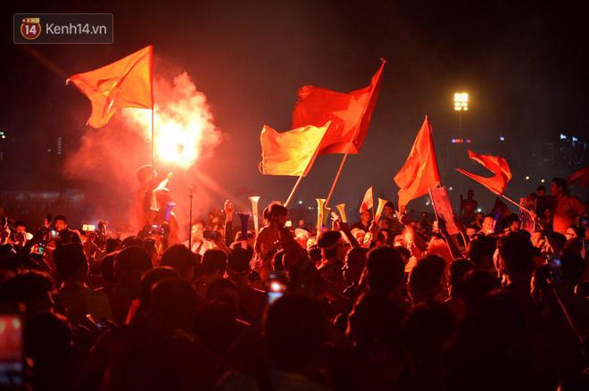 Hàng triệu CĐV cả nước ùa ra đường ăn mừng sau chiến thắng 2-0 của đội tuyển Việt Nam trước Malaysia-28