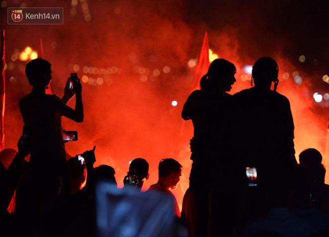 Hàng triệu CĐV cả nước ùa ra đường ăn mừng sau chiến thắng 2-0 của đội tuyển Việt Nam trước Malaysia-31