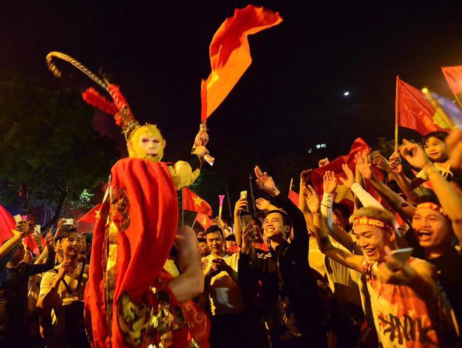 Hàng triệu CĐV cả nước ùa ra đường ăn mừng sau chiến thắng 2-0 của đội tuyển Việt Nam trước Malaysia-18